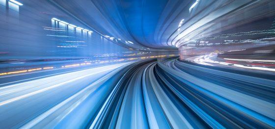 Strada-curva-fotografata-ad-alta-velocità